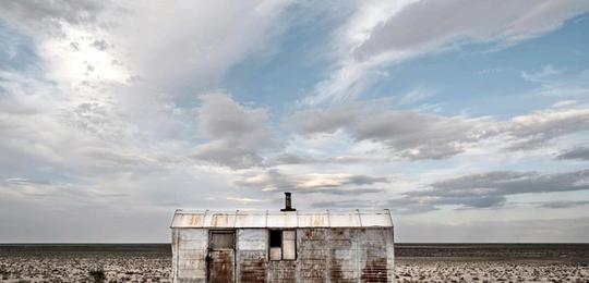 Các thị trấn ven biển đông đúc giờ đây chỉ còn lại các căn nhà hoang, vô chủ. Ảnh: BBC