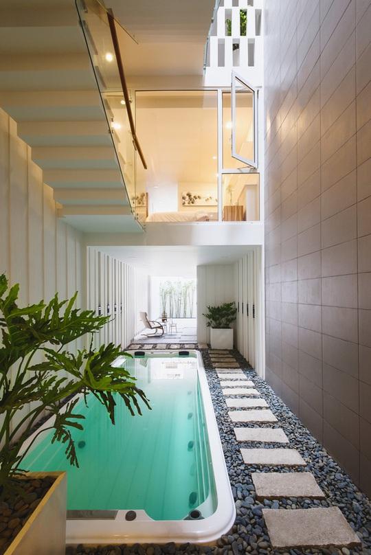 Bể bơi mini bố trí ở giữa tầng 1, ngay khu vực giếng trời.