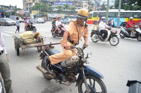 CSGT phải tự đưa một chiếc xe tự chế nguy hiểm cho người tham gia giao thông vào trên đường