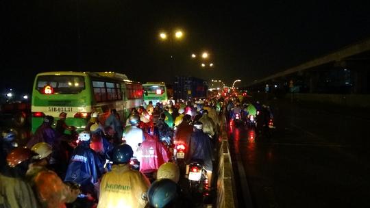Làn đường xe máy bị tê liệt, các phương tiện lưu thông hỗn loạn chen chúc nhau khiến làn đường còn lại cũng rơi vào tình trạng đông đúc, ùn tắc. Các phương tiện giao thông phải nhích từng chút một.