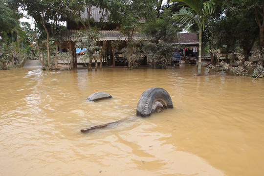 Lượng nước hiện tại đã rút bớt nên nhiều đồ đạc của người dân hiện ra ngổn ngang trên đường