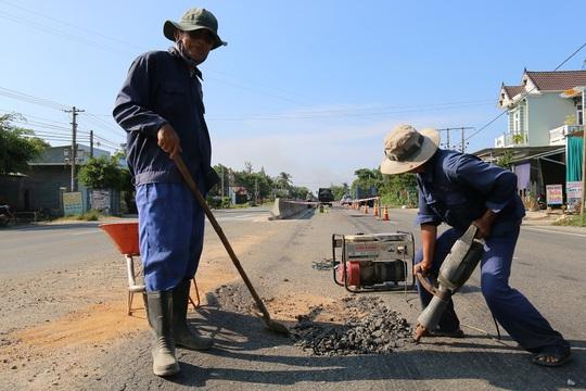 Nhiều công nhân có mặt trên Quốc lộ ngàn tỉ để sửa đường