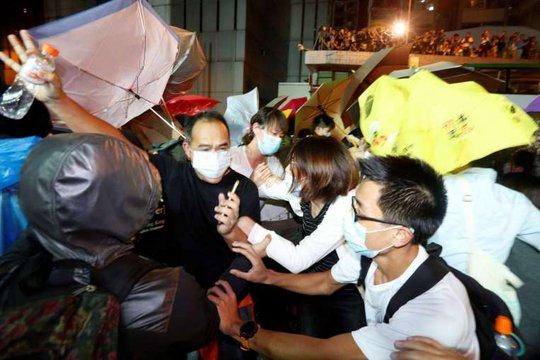 Phản đối Trung Quốc can thiệp, Hồng Kông đụng độ tới gần sáng