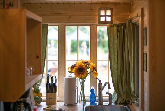 Khu bếp nhỏ được bố trí bên cửa sổ lớn giúp tận dụng được tối đa nguồn ánh sáng tự nhiên và thuận tiện cho người nội trợ