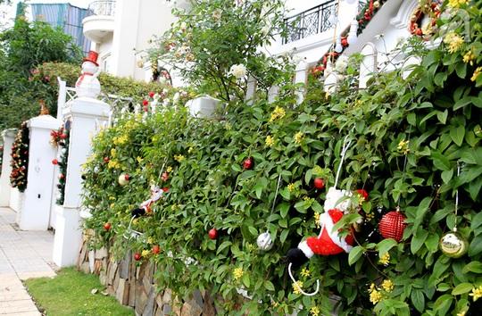 Hàng rào cũng được chăm chút với mô hình ông già Noel, những quả châu nhiều màu được cài lên ngẫu hứng.