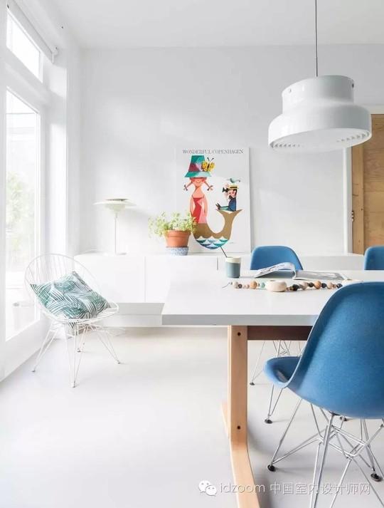 Các đồ nội thất chủ yếu là mang phong cách hiện đại và các bức ảnh treo tường nghệ thuật.