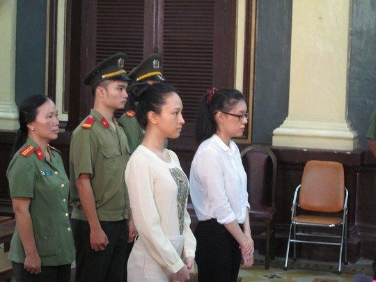 Hai bị cáo Trương Hồ Phương Nga (trái) và Nguyễn Đức Thùy Dung tại phiên xét xử