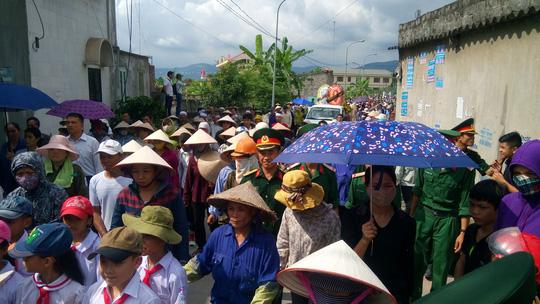 Đông đảo người dân tiễn đưa các nạn nhân về nơi an nghỉ