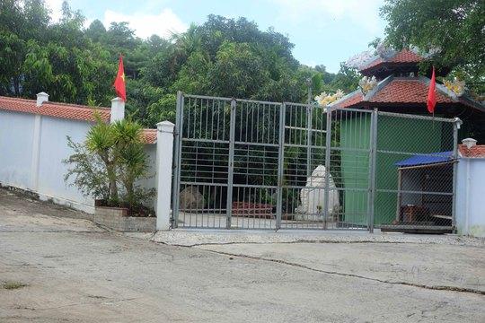 Biệt thự xây trái phép của ông Ngô Văn Quang vẫn đóng kín cửa, bên trong nhiều hạng mục chưa tháo dỡ Ảnh: BÍCH VÂN