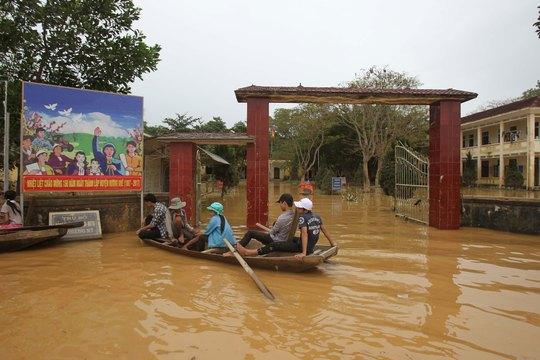 Một trường học ở hạ nguồn thủy điện Hố Hô vẫn ngập nước trong ngày 18-10 Ảnh: HOÀNG TRIỀU