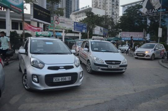 Taxi ngoại tỉnh hoạt động nhộn nhịp tại Bến xe Mỹ Đình (Hà Nội) Ảnh: NGUYỄN HƯỞNG