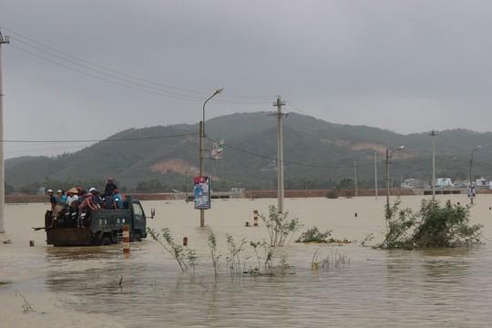 Đường bị ngập sâu, chia cắt nhiều vùng ở huyện Tuy Phước, tỉnh Bình Định Ảnh: ANH TÚ