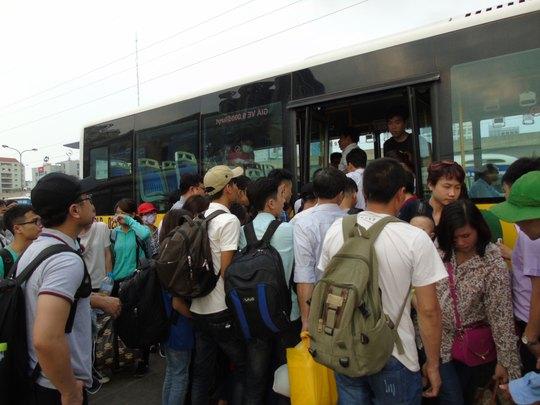Người dân chen chân mua vé xe khách trong dịp Tết 2016 tại Bến Xe Mỹ Đình (Hà Nội)