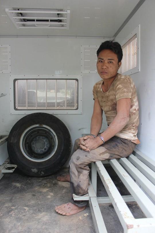 Công an khám hiện trường vụ án mạng và nghi phạm Phù Minh Tuấn lúc bị bắt Ảnh: ĐOÀN TUẤN