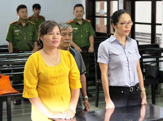 Bà Nguyễn Thị Hồng (trái) cùng chồng nghe tòa tuyên án