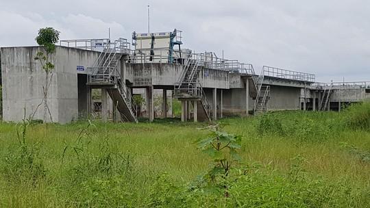 Vị trí nhà máy xử lý nước thải vắng lặng, cỏ mọc um tùm