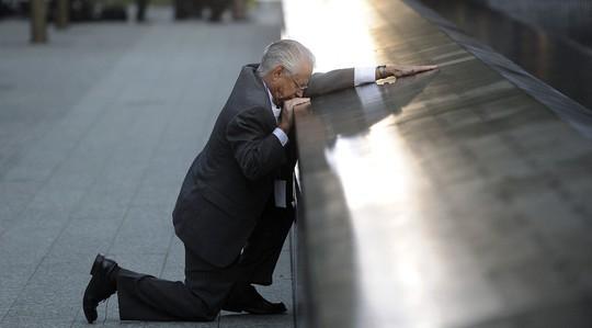 Một người đàn ông tưởng niệm con trai thiệt mạng trong vụ khủng bố 11-9. Ảnh: Reuters