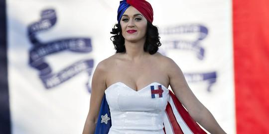 Katy từng công khai ủng hộ Hillary Clinton