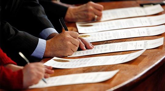 Bốn đại cử tri lật lọng bà Clinton sẽ nhận án phạt 1.000 USD/người. Ảnh: Reuters