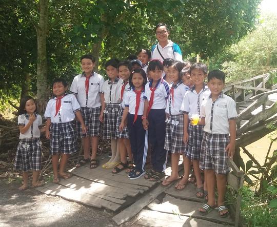 Anh Nguyễn Thanh Tuấn và trẻ em địa phương trong một chuyến làm từ thiệnẢnh: Khánh Nam