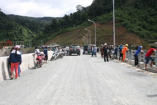 Người dân và công nhân tập trung trên Thủy điện Sông Bung 2 xem vụ việc