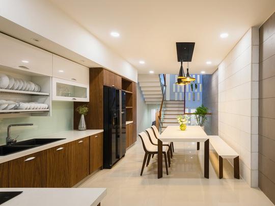 Khu bếp ở lầu 1 theo tiêu chí hiện đại, gọn gàng.