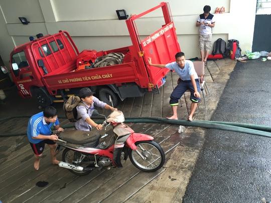 Khi mức nước dưới hầm xe giảm bớt, các bạn sinh viên tranh thủ đưa xe lên.