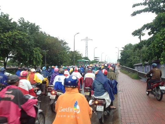 Cầu Bình Triệu 2 kẹt cứng trong buổi sáng đầu tuần do mưa
