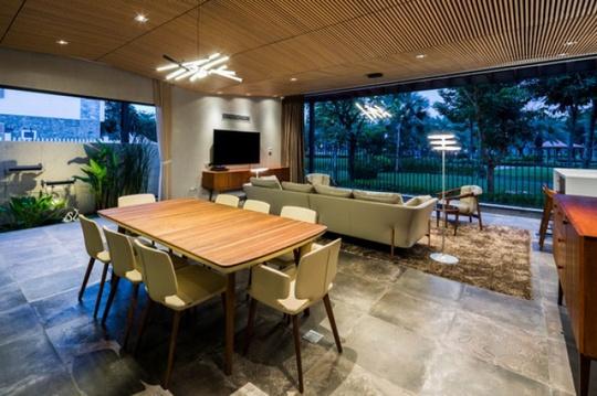 Các khu vực ăn - bếp - nghỉ ngơi trong phòng nằm trong cùng một căn phòng, dù không có tường ngăn nhưng nhờ cách bài trí thông minh mà vẫn rất tách biệt. Tuy nhiên cách lựa chọn nội thất tone sur tone vẫn đảm bảo sự kết nối đẹp mắt cho không gian nơi đây!