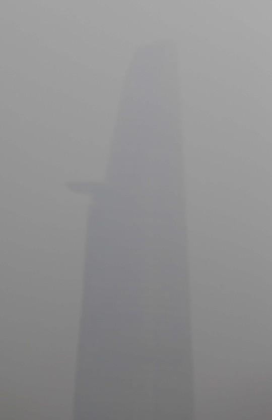 Tòa nhà Bitexco cao nhất TP HCM chìm trong sương