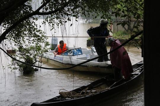 Người dân dùng dây thừng để níu giữ bè cá