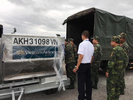 Những kiện hàng đầu tiên bàn giao cho Bộ chỉ huy Quân sự tỉnh Khánh Hòa