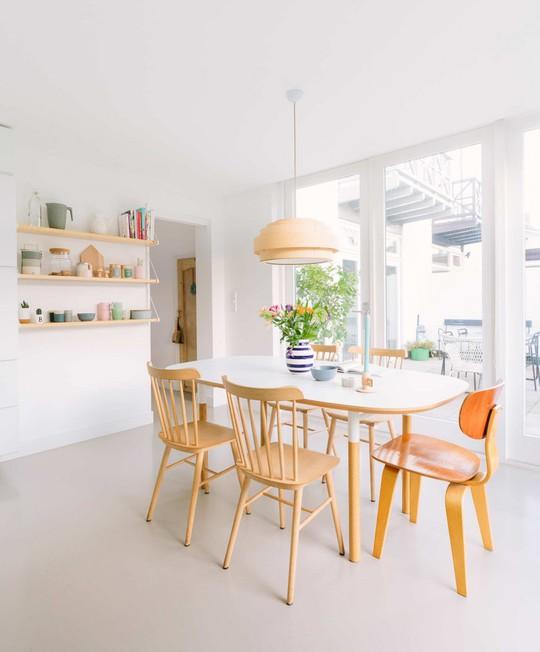 Khu vực ăn uống rất đơn giản với bàn ăn gỗ màu vàng đồng.