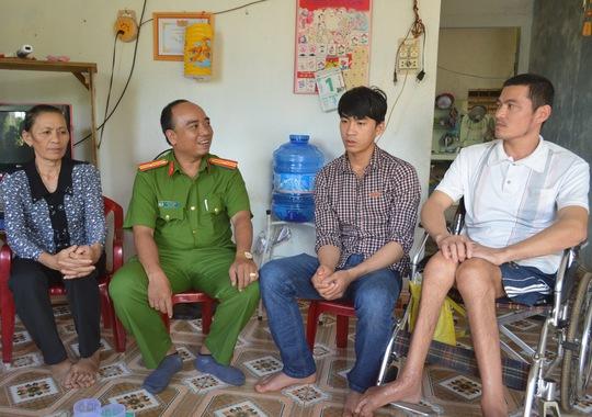 Thiếu tá Ngô Văn Dũng cùng gia đình anh Hà Văn Yên sau phiên tòa