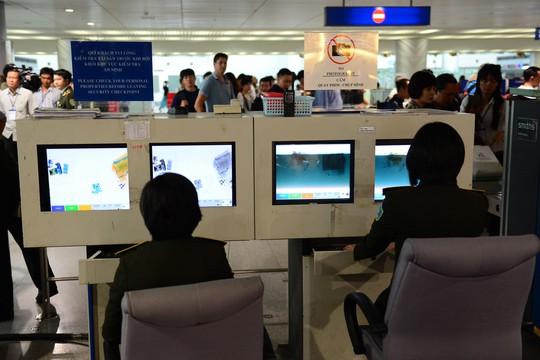 Hải quan, an ninh sân bay Tân Sơn Nhất kết hợp cùng lực lượng công an đã lật tẩy hàng loạt chiêu thức của bọn tội phạm vận chuyển hàng cấm qua đường hàng không Ảnh: HOÀNG TRIỀU