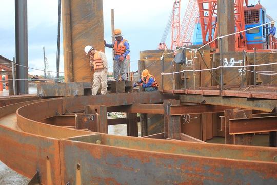 Các công nhân đang làm việc trên cống ngăn triều Ảnh: Sỹ Đông
