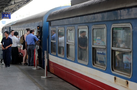 Hành khách lên tàu tại ga Sài Gòn (quận 3, TP HCM) Ảnh: GIA MINH