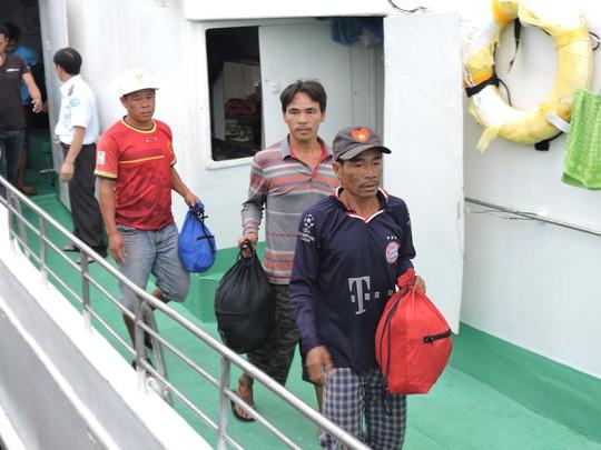 Ngư dân tàu cá QNg 95645 TS được đưa về đất liền an toàn