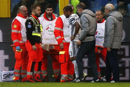 Alves chấn thương và phải sớm rời sân
