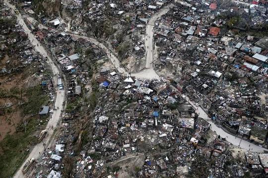 Cảnh tan hoang ở một ngôi làng sau khi bão Matthew đi qua. Ảnh: Reuters