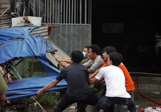 Nhiều người không ngại nguy hiểm lao vào chữa cháy tại chỗ, di dời các vật liệu dễ cháy ra khu vực an toàn.