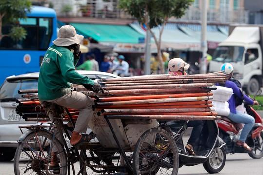Đoạn trước chợ Kim Biên cũng thường xuyên có nhiều xe chở hàng cồng kềnh. Tháng 10 năm ngoái, từng có đợt ra quân truy quét nhưng hiện nay đâu lại vào đấy