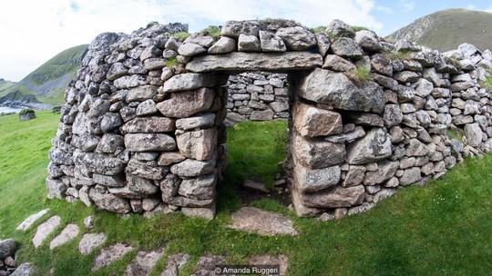 Những túp lều bằng đá trên đảo. Ảnh: BBC