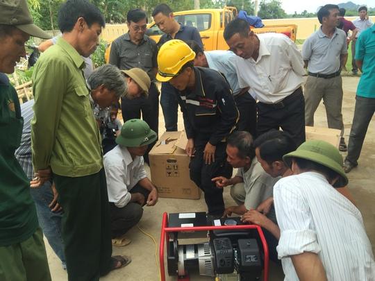 """Những chiếc máy phát điện đầu tiên của chương trình """"Ánh sáng trong lũ"""" đã được trao cho các cụm dân cư, trạm y tế và trường học của tỉnh Quảng Bình vào ngày 29-10"""