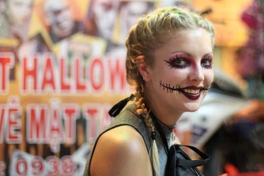 Một du khách nước ngoài cùng hóa trang tham gia Halloween.