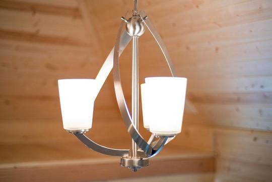 hiếc đèn thả trần với kiểu dáng lạ mắt cũng là điểm nhấn ấn tượng cho căn nhà