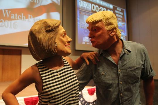 Hai vị khách trong mặt nạ của hai ứng cử viên Hillary Clinton và Donald Trump