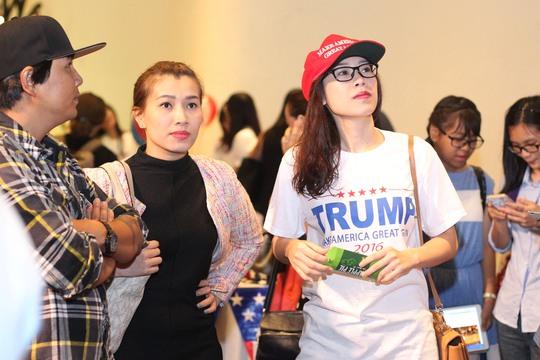 Một cô gái ủng hộ ông Trump