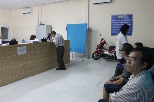 Người dân đến đổi giấy phép lái xe tại Trung tâm Dạy nghề Bách Việt vào chiều 21-9