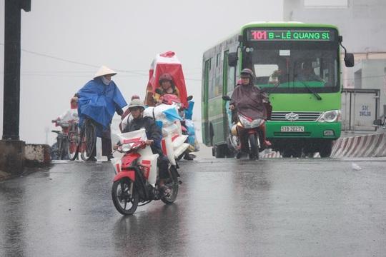 Ngay dốc cầu Phạm Văn Chí là cột đèn tín hiệu giao thông trong khi mặt đường thấp hơn mặt cầu, tạo độ dốc lớn